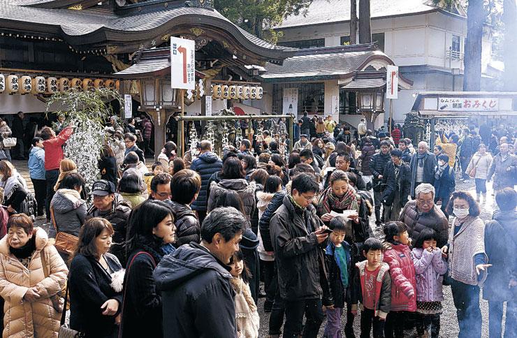 大勢の参拝客でにぎわう境内=1日、白山市の白山比咩神社