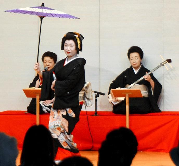 華やかな舞を披露する芸妓=2日、福井県あわら市のセントピアあわら
