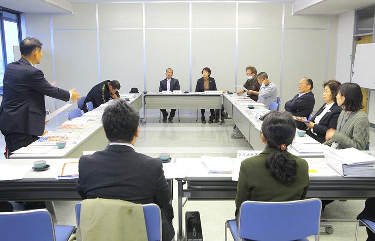 3月に開くアニコンの開催内容を練る実行委員会のメンバー=小矢部市役所