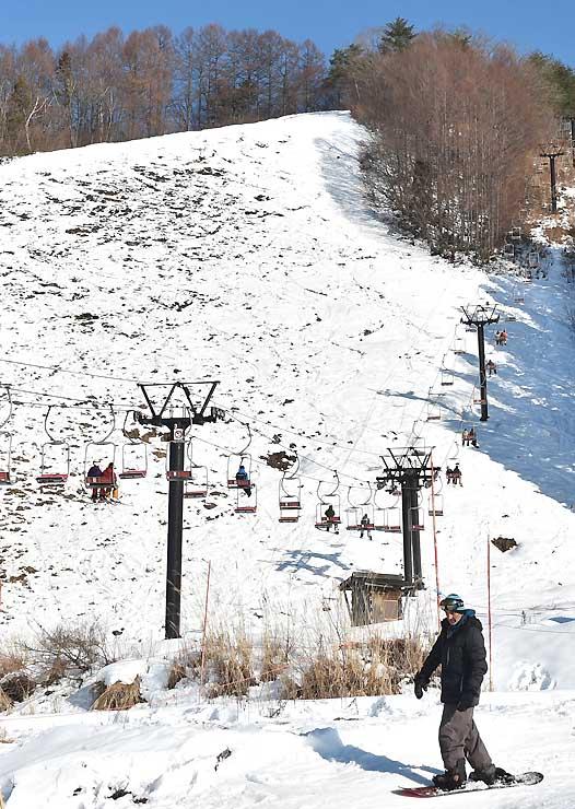一部で地面が露出し、滑走できない状態になっている野沢温泉スキー場。標高の高いゲレンデは滑走可能だ=3日午後1時37分、野沢温泉村