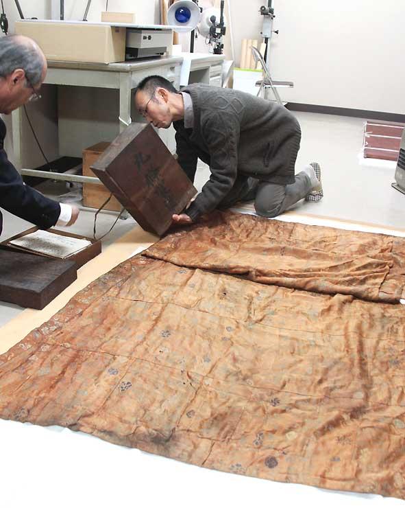 長野市信州新町で見つかった小松姫にゆかりがあるとされる袈裟=長野市松代町の真田宝物館