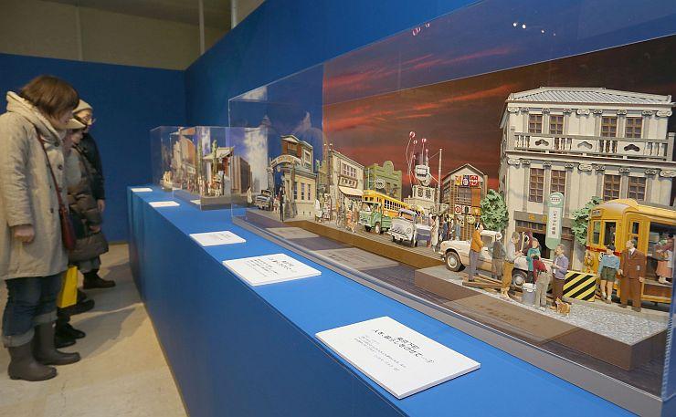 高度な技術から生み出された作品を鑑賞する来場者=2日、新潟市中央区の新潟三越