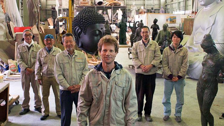 高岡市内の鋳物工場で働くエラン・フィンクさん(中央)の視点から高岡の魅力を描き出した日本遺産PRムービーのワンシーン