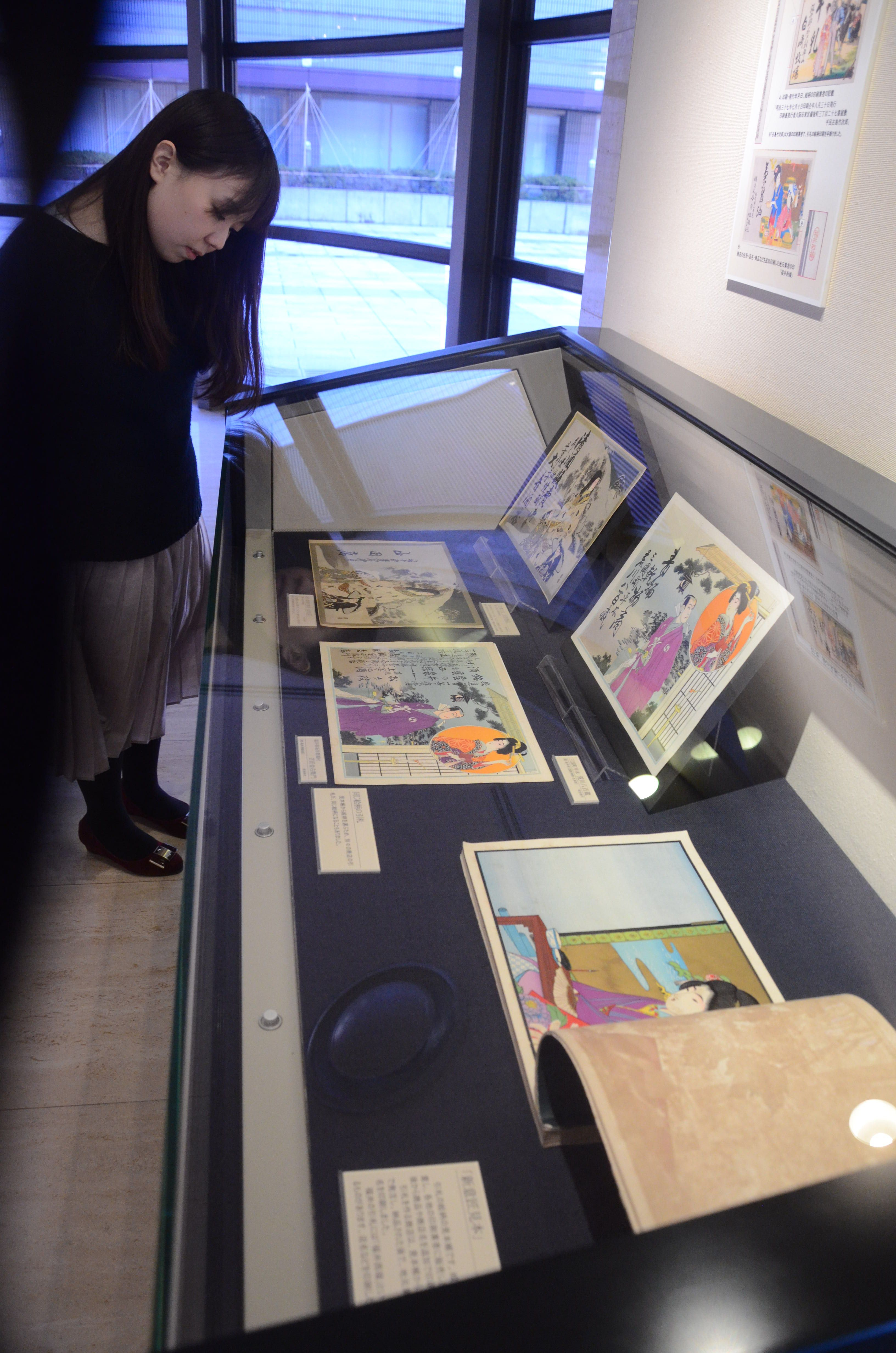 県内各地の商店などの「引札」が並ぶギャラリー展=福井市の県立歴史博物館