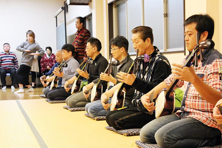 初稽古で哀調を帯びた音色と優美な所作を見せる保存会員=福島第二区公民館