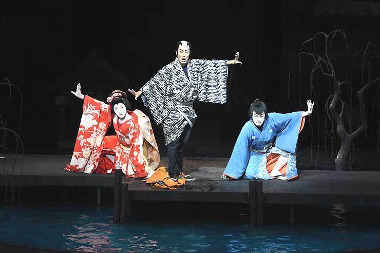 2014年7月に行われた「信州・まつもと大歌舞伎」の「三人吉三」で通し稽古をする(左から)中村七之助さん、勘九郎さん、尾上松也さん
