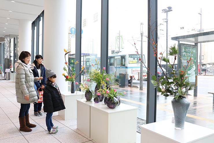 街を彩る花と器に見入る人たち=TOYAMAキラリ