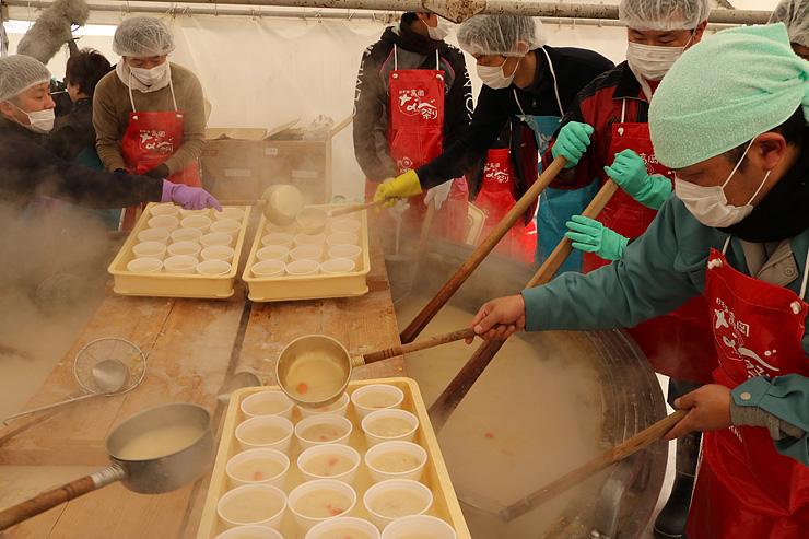 ジャンボ鍋で煮込まれる「海鮮シチュー鍋」 =高岡大和横の旧万葉の杜