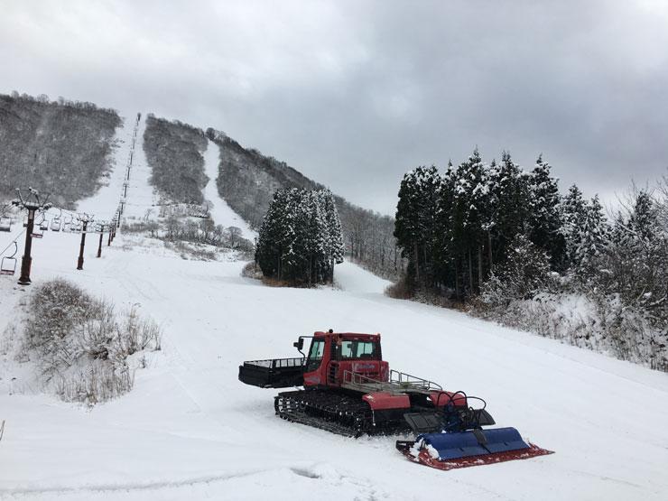 開業に向けて準備を進める圧雪車=白山千丈温泉セイモアスキー場