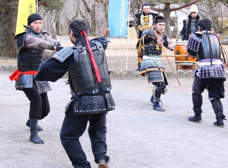 殺陣を披露する小諸センゴク甲冑隊の隊員たち