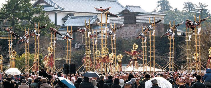 加賀鳶はしご登りの妙技を繰り広げる団員=金沢城公園