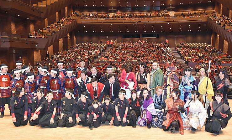 「真田丸」第1話の観賞後、会場を埋めた来場者とアトラクション出演者らが記念撮影する場面もあった=10日午後7時24分、上田市のサントミューゼ