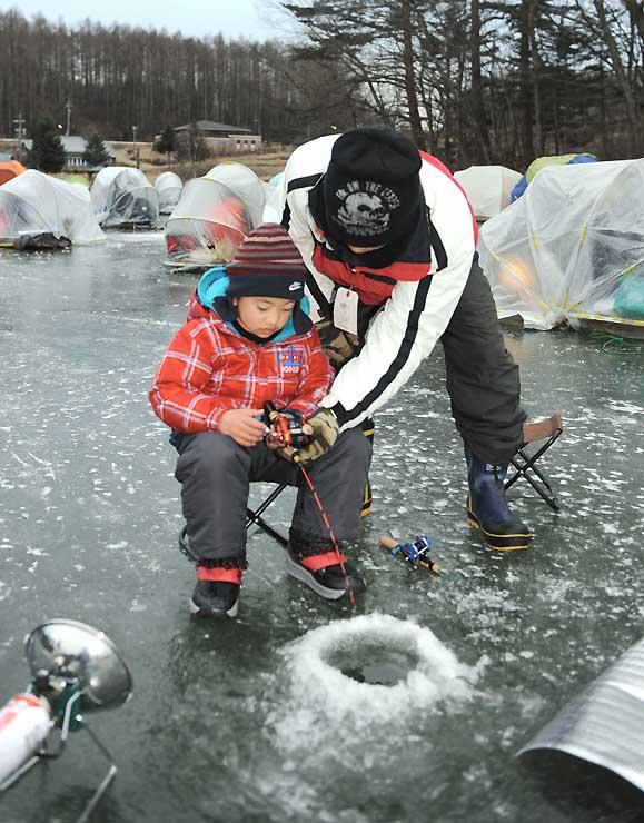 ワカサギ釣りが解禁され、多くの釣り人でにぎわった松原湖
