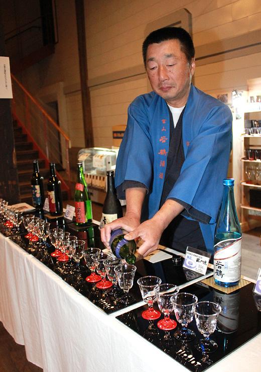 高岡漆器を生かしたトレーやグラスが並ぶ日本酒試飲コーナー