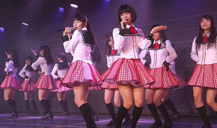 専用劇場オープン当日、熱いステージを披露するNGT48のメンバー=10日、新潟市中央区