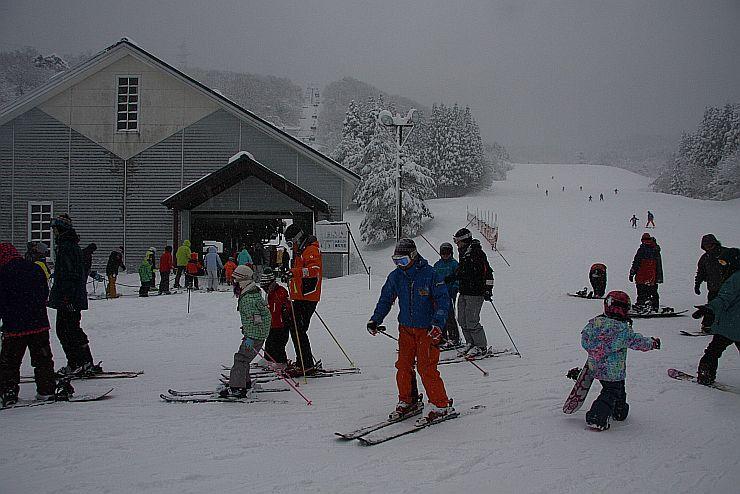 3連休最終日に家族連れや若者らでにぎわう関川村のわかぶな高原スキー場=11日