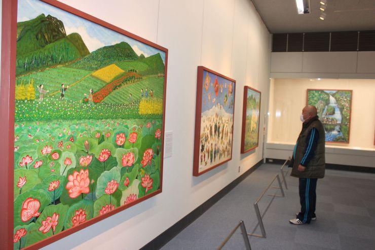 鮮やかな色彩で描かれた100号の大作が並ぶ後藤はつのさんの作品展(南魚沼市浦佐)