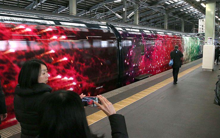 JR新潟駅の新幹線ホームに到着した現美新幹線の車体側面=12日、新潟市中央区