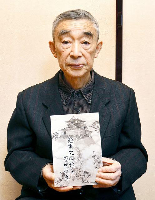 「越前丸岡城と歴代城主」を出版した宮本さん=福井県坂井市