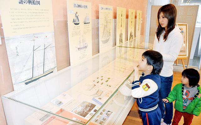 来歴不明の帆船のパネル(左)などが並ぶテーマ展=福井市の福井県立図書館