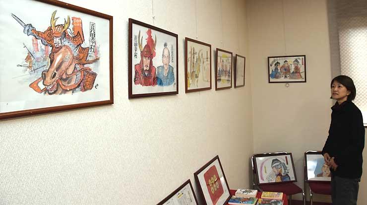 松林さんが描いた挿絵の複製原画などが並ぶ展覧会会場