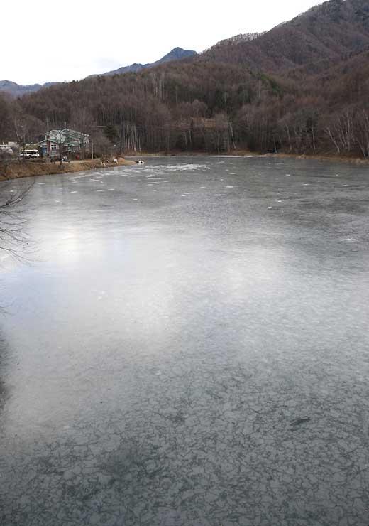 全面結氷した立岩湖