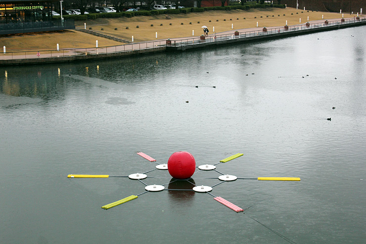 公園の水面に設置された造形物