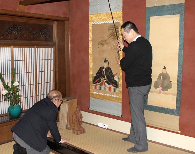 天神様の掛け軸や木彫り像などの展示作業が行われた土蔵造りのまち資料館