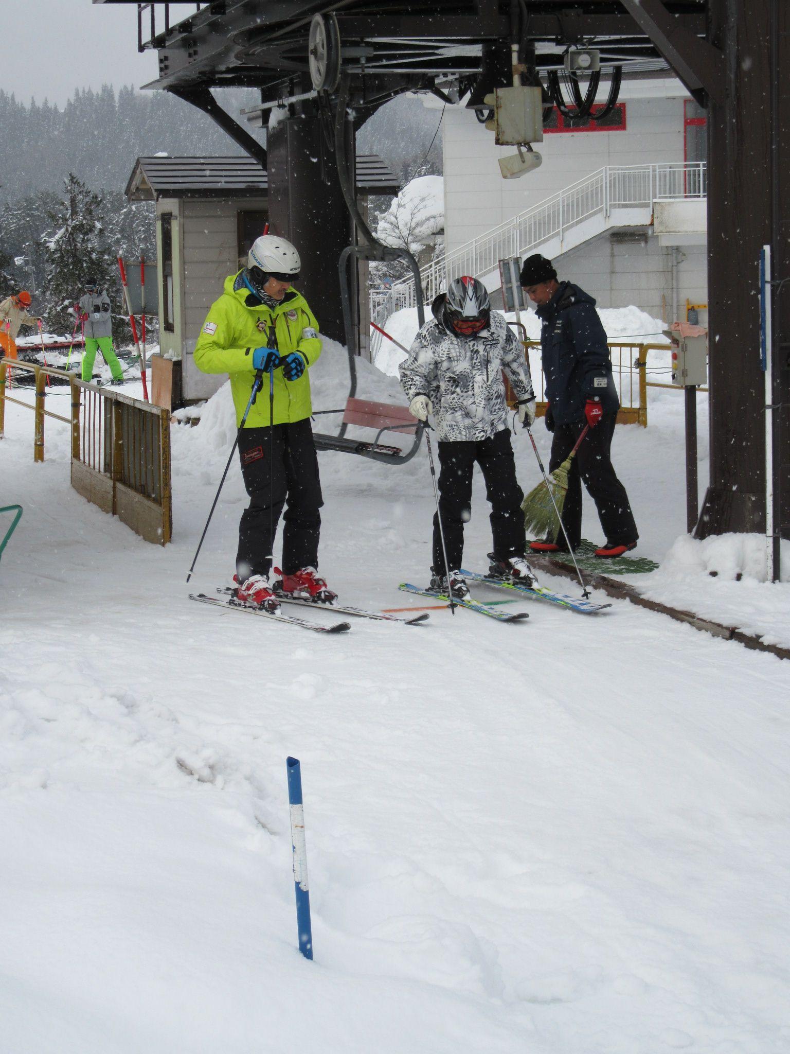 オープンした胎内スキー場でリフトを待つスキーヤー=15日、胎内市