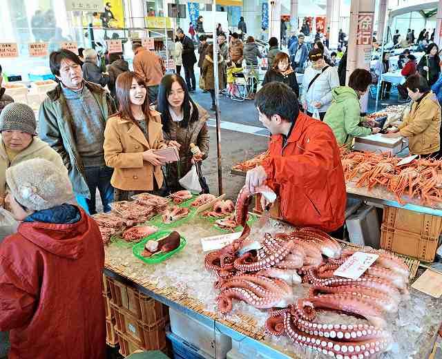 新鮮な海産物を買い求める来場者=16日、福井県越前町厨の道の駅「越前」