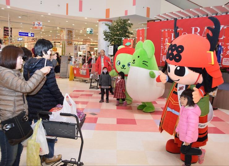 イベントに登場した真田幸丸(右)と記念撮影をする子ども