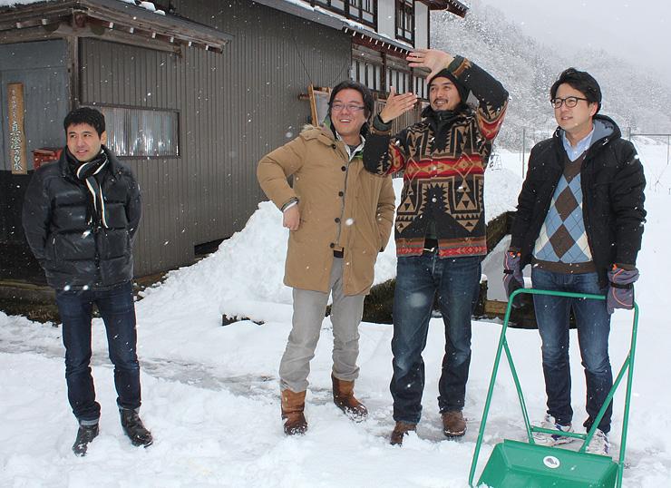 撮影場所を下見する(右から)武藤さん、井島さん、林さんら=南砺市利賀地域