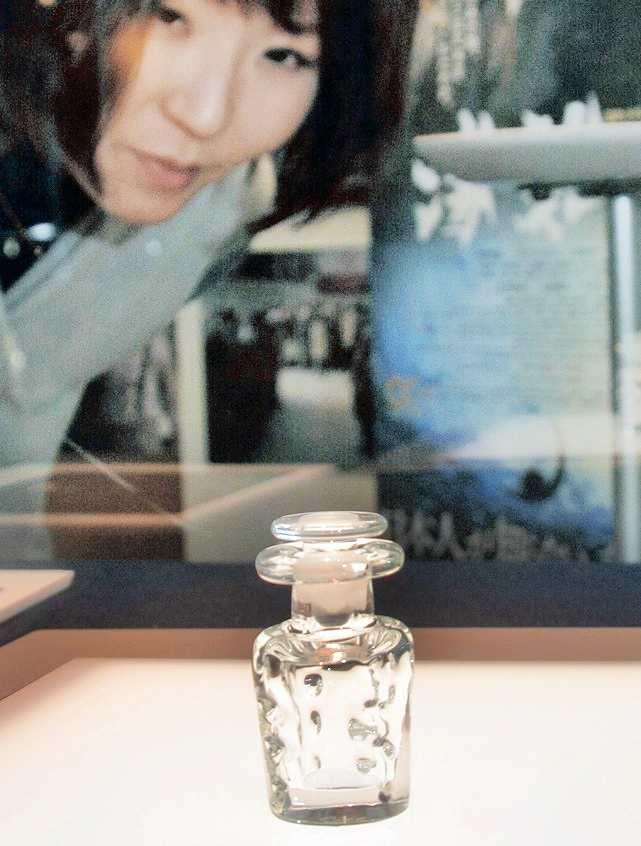 映画「海難1890」で使用されたガラスの小瓶=16日、あわら市の金津創作の森