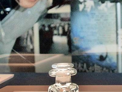 「海難1890」で登場のガラスの小瓶展示 金津創作の森