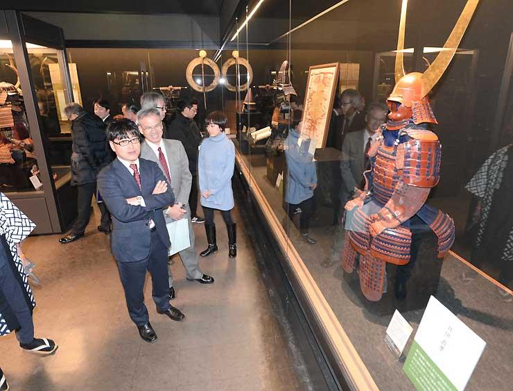 大勢の観覧者でにぎわう真田宝物館の特別企画展=17日、長野市松代町