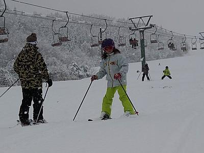 ゲレンデに待望の歓声 三川・温泉スキー場開業 阿賀