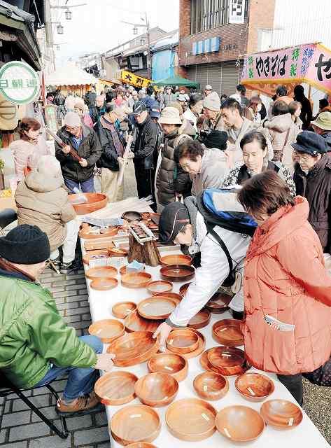 木工品などを買い求める人でにぎわった昨年の「勝山年の市」=福井県勝山市の本町通り