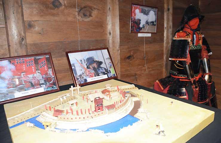 真田信繁が築いた出城「真田丸」をイメージした模型(手前)