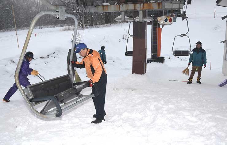 19日のオープンに向けてリフトの準備を進める爺ガ岳スキー場=18日午後3時29分、大町市平