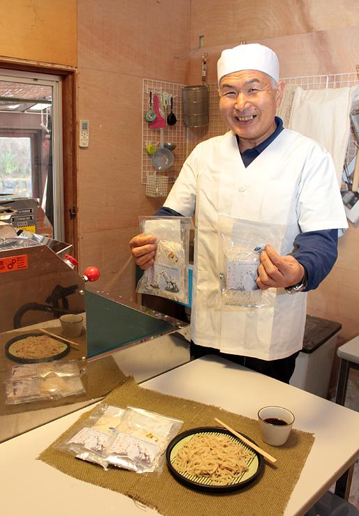 実家に開設した製麺所で、開発したうどんを紹介する黒田さん
