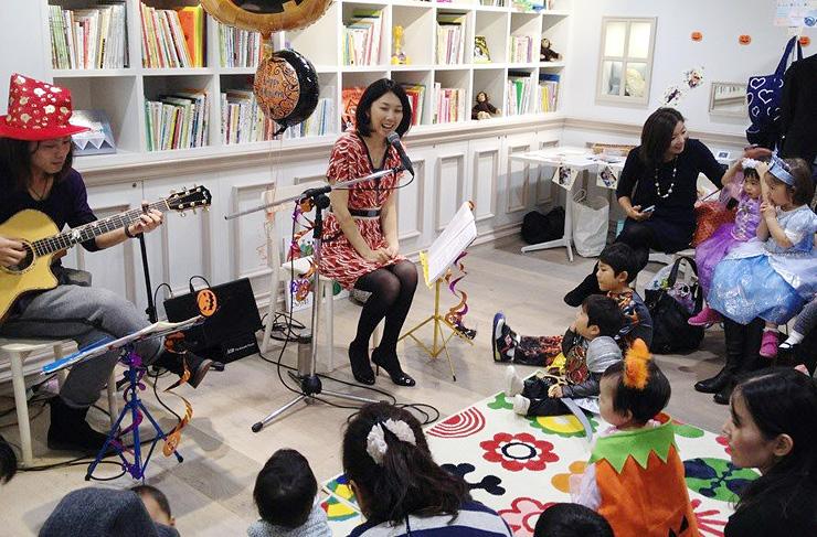 大島さん(中央)が全国で開いている親子向けコンサートの様子