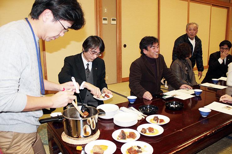 「しし大根」を紹介する澤田さん(左)