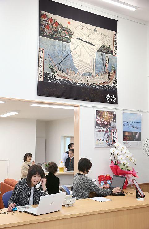 リニューアルオープンした観光案内所。市全体の観光情報を発信する=長岡市寺泊大町