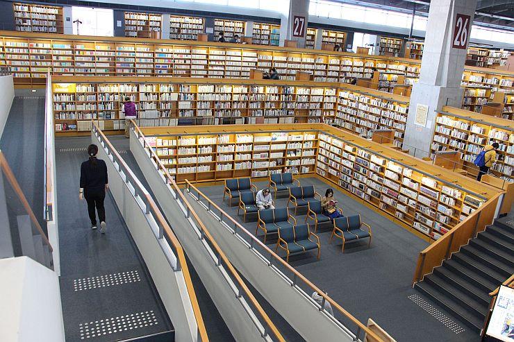 映画「図書館戦争」のロケ地となった十日町情報館。出演者のサインや小道具が館内に展示されている=19日、十日町市西本町2