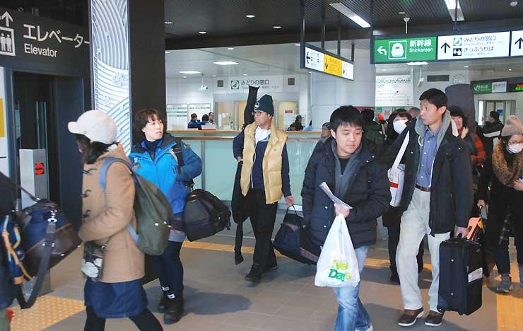 16日の土曜日、北陸新幹線飯山駅を降りてスキー場などに向かう観光客ら