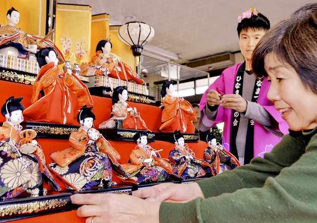 若狭たかはまひなまつりを前に、ひな人形を飾る嶋本さん(手前右)や実行委メンバー=19日、福井県高浜町