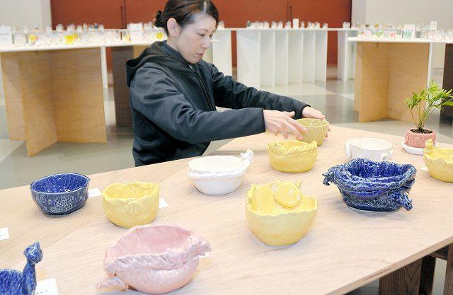 子どもたちの個性豊かな陶芸やガラス作品が並ぶ展示=21日、あわら市の金津創作の森