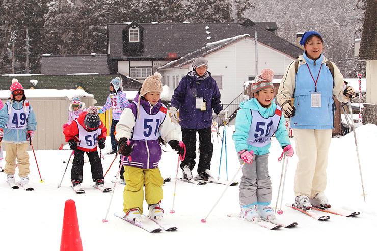 全面滑走が可能になったエリアでスキーを楽しむ小学生ら=22日、立山山麓スキー場極楽坂エリア