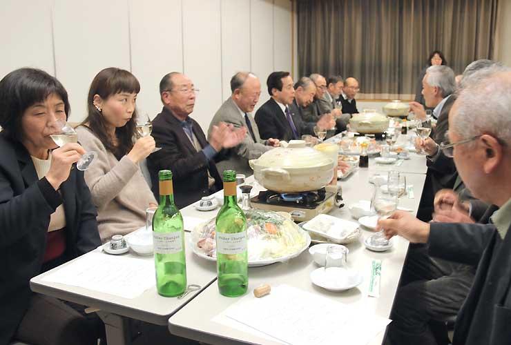宮田村産の「ミュラー・トゥルガウ」で造った白ワインを試飲する参加者