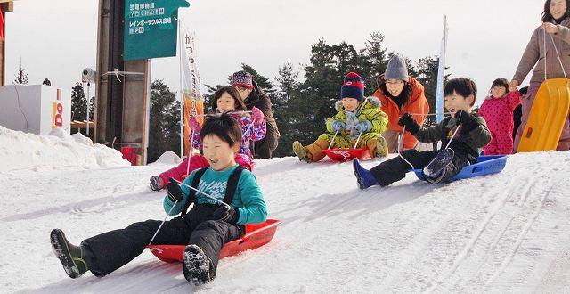 全長約50メートルのそり滑りを楽しむ子どもたち=23日、福井県勝山市の長尾山総合公園